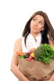 Sacos de compra da preensão da mulher com mantimento do vegetariano imagem de stock royalty free