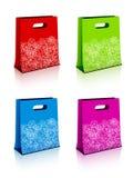 Sacos de compra de papel com flocos de neve do Natal ilustração stock