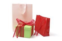 Sacos de compra e caixa de presente imagens de stock royalty free