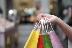 Sacos de compras da venda da terra arrendada da jovem mulher conceito do estilo de vida da consumi??o no shopping foto de stock
