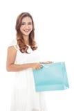 sacos de compras de sorriso bonitos da abertura da mulher Imagens de Stock Royalty Free