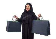 Sacos de compras levando da mulher árabe isolados no branco Fotografia de Stock Royalty Free