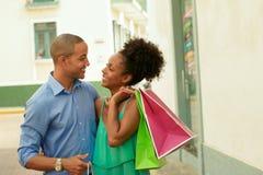 Sacos de compras levando dos pares afro-americanos na Cidade do Panamá Fotografia de Stock Royalty Free