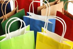 Sacos de compras de papel coloridos como o fundo imagens de stock royalty free