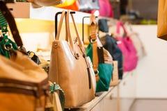 Sacos de couro em uma loja Fotos de Stock