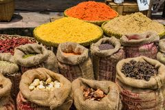 Sacos de ervas chinesas no mercado Fotos de Stock Royalty Free