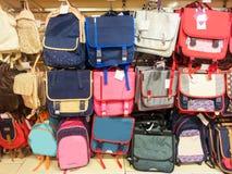 Sacos de escola em um supermercado, de volta ao conceito da escola fotografia de stock