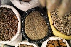 Sacos de especiarias no mercado Fotografia de Stock Royalty Free