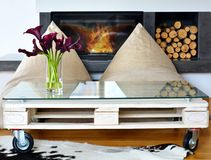 Sacos de feijão e mesa de centro da pálete na sala de visitas moderna Fotos de Stock Royalty Free