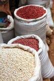 Sacos de feijões vermelhos e brancos no mercado Fotos de Stock