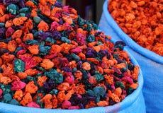 Sacos de flores secadas y teñidas Marrakesh, Marruecos Imagen de archivo libre de regalías