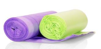 Sacos de lixo coloridos nos rolos isolados no branco fotos de stock royalty free