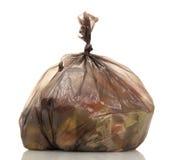 Sacos de lixo com o desperdício de alimento isolado no branco fotografia de stock