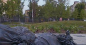 Sacos de lixo que encontram-se na terra video estoque