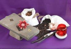 Sacos de los granos de café y de las tuercas de la almendra Fotografía de archivo