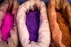 Sacos de pintura púrpura, rosada y anaranjada, Chefchaouen, Marruecos Imagenes de archivo
