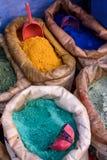 Sacos de polvo coloreado para la pintura, Chefchaouen, Marruecos Fotografía de archivo