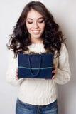 Sacos de sorriso bonitos do presente da menina isolados Imagens de Stock Royalty Free