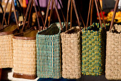 Sacos de Tote em um mercado francês imagem de stock royalty free