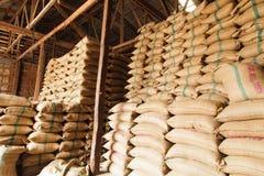 Sacos del cáñamo de la pila de arroz Fotografía de archivo libre de regalías