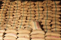 Sacos del cáñamo de la pila de arroz Imágenes de archivo libres de regalías