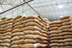 Sacos del cáñamo que contienen el arroz Foto de archivo libre de regalías