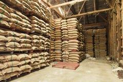 Sacos del cáñamo de la pila de arroz Fotos de archivo libres de regalías