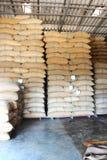 Sacos do cânhamo que contêm o arroz Imagem de Stock Royalty Free