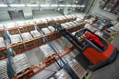 Sacos do carregamento com carregador do forklift foto de stock