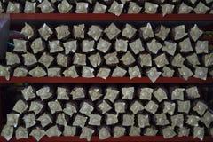 Sacos do cogumelo em prateleiras vermelhas Foto de Stock