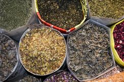 Sacos do pot-pourri encontrados em Souq árabe imagens de stock