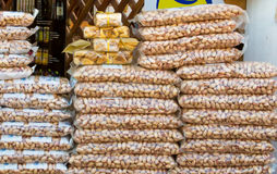Sacos dos pistaches no mercado Imagens de Stock Royalty Free
