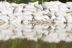 Sacos e água da inundação da areia Fotografia de Stock Royalty Free