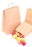 Sacos e maçã marrons de compra do presente isolados Fotografia de Stock Royalty Free