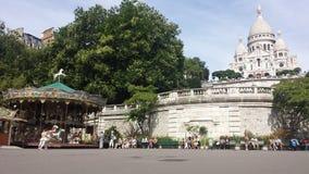 Sacré-Coeur de Paris och en karusell Arkivfoton
