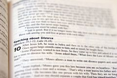 Sacra scrittura di divorzio Fotografia Stock