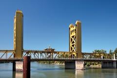 SACRAMENTO, CALIFORNIA/USA - 5 AUGUSTUS: De brug in Sacramento stock foto
