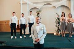 SACRAMENTO, DE V.S. - MAG 12DE 2018: De bruid en de bruidegom worden gehuwd en ontvangen een zegen in het kerkgebouw in aanwezigh stock afbeelding
