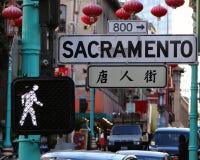 Sacramento gata och gå trafiktecknet Kineskvarter i San Francisco, Kalifornien royaltyfri fotografi