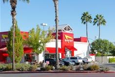 SACRAMENTO, LOS E.E.U.U. - 23 DE SEPTIEMBRE:  En-n-hacia fuera restaurante de la hamburguesa en S Imagenes de archivo