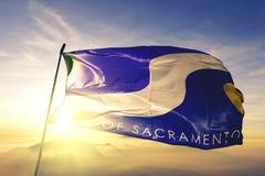 Sacramento-Stadthauptstadt von Kalifornien des Flaggentextilstoffgewebes Vereinigter Staaten, das auf den Spitzensonnenaufgangneb stockfotos