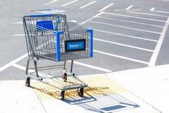 SACRAMENTO USA - SEPTEMBER 13: Walmart shoppingvagn på Septemb Arkivbild