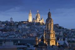Sacre coeur、蒙马特和Sainte-Trinité在nightin巴黎 免版税库存照片