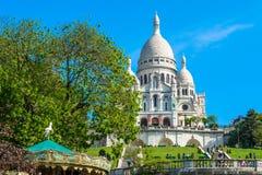Sacre Coeur大教堂在巴黎与蓝色明亮的天空的天 库存图片