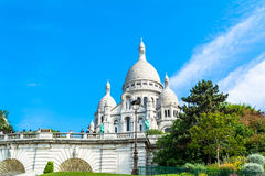 Sacre Coeur大教堂在巴黎与蓝色明亮的天空的天 免版税库存照片