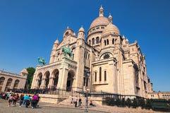 Sacre Coeur bazylika w wiosna słonecznym dniu Wielka średniowieczna katedra Ludzie stoją w linii dostawać inside zdjęcie stock