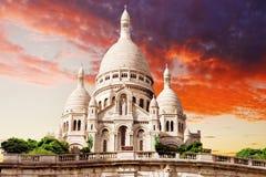 Sacre Coeur domkyrka på den Montmartre kullen på skymning Royaltyfri Bild