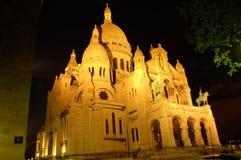 Sacre Coeur entro la notte, Montmartre, Parigi, vista di angolo Fotografia Stock