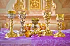 Sacri Graal dorati sulla vista dell'altare della chiesa Fotografia Stock Libera da Diritti