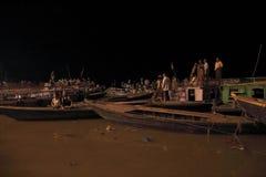Sacrifice vers le Gange la nuit photo libre de droits